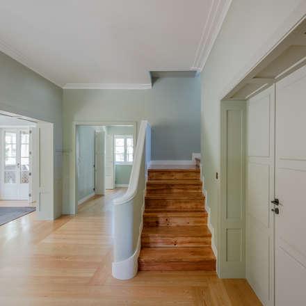 Escadaria: Escadas  por NVE engenharias, S.A.