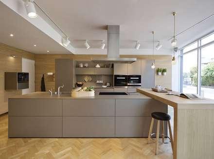 London Showroom : modern Kitchen by Kitchen Architecture