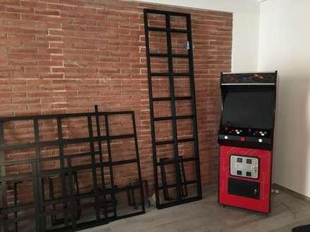 Parete dallo stile industriale.: Sala da pranzo in stile in stile Industriale di simona rossetti