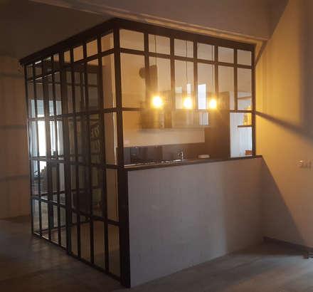 Teca su misura situata a centro stanza nella zona living.: Sala da pranzo in stile in stile Industriale di simona rossetti