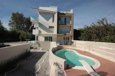 Etoile: Piscina in stile in stile Moderno di Lombardi immobiliare