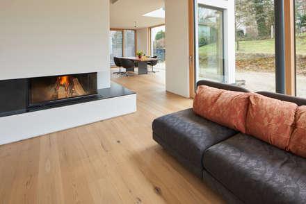 manufaktur landhausdiele im sonderfarbton nach wunsch der bauherrn moderne wohnzimmer von parkett leuthe gmbh - Modernes Wohnzimmer