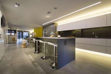 Cozinhas embutidas  por Luxiform Iluminación