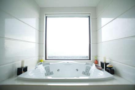 Master bathroom: asian Bathroom by Mu design