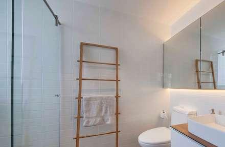 FORESQUE RESIDENCES: scandinavian Bathroom by Eightytwo Pte Ltd