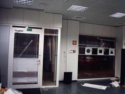 Reforma oficina bancaria en León: Estudios y despachos de estilo mediterráneo de A-kotar