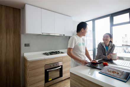 TWIN FOUNTAINS:  Built-in kitchens by Eightytwo Pte Ltd