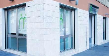 L'edificio con le vetrate e le serigrafie: Ingresso & Corridoio in stile  di VITAE DESIGN STUDIO