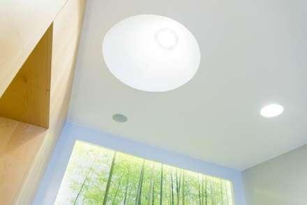 """Vista dal basso con porzione di """"scatola"""" in legno, """"finestra verde"""" e cono di luce: Ingresso & Corridoio in stile  di VITAE DESIGN STUDIO"""