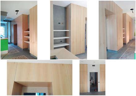 """Il cantiere: la realizzazione delle """"scatole"""" in legno e di tutti gli arredi su misura in betulla: Ingresso & Corridoio in stile  di VITAE DESIGN STUDIO"""