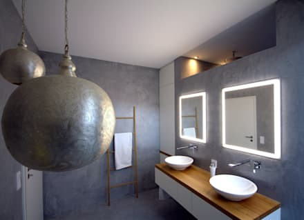 Badmöbel weiß matt mit Eiche Massivholz : moderne Badezimmer von homify