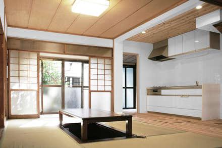 Moriguchi House: Salas de estar asiáticas por AMALGAMA