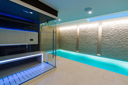 Luxury Family Pool with Spa and Steam Room:  Infinity pool by London Swimming Pool Company