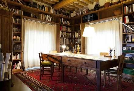 Montaccio: Studio in stile in stile Rustico di Arcostudios