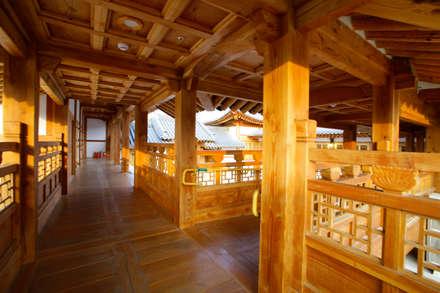 Museos de estilo  por 여유당건축사사무소