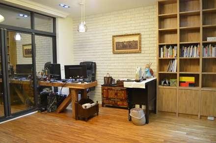 【舊屋翻新】36年透天屋宅改造設計案:  書房/辦公室 by Gavin室內裝修設計