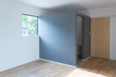 シンプルモダンの家: 二木建築設計事務所 / 有限会社二木建設が手掛けた子供部屋です。