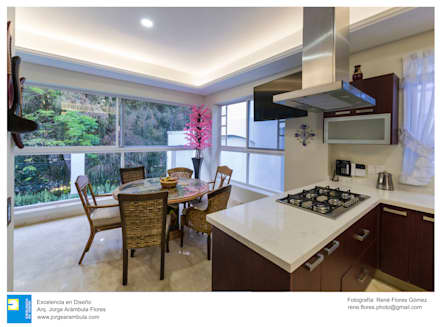 Cucina attrezzata in stile  di Excelencia en Diseño