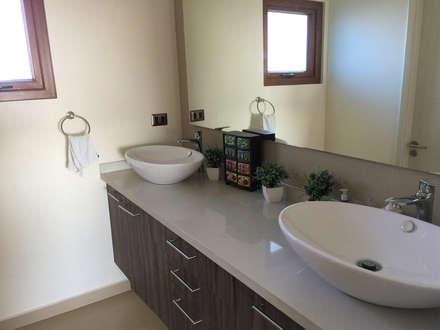 Baño doble vanitorio: Baños de estilo moderno por Rocamadera Spa