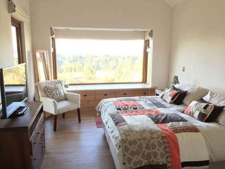 Dormitorio Principal con Bow Window en Madera Nativa: Dormitorios de estilo moderno por Rocamadera Spa
