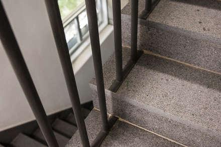 커빙스케이프_구리시 갈매동 562-4 상가주택: AAG architecten의  계단