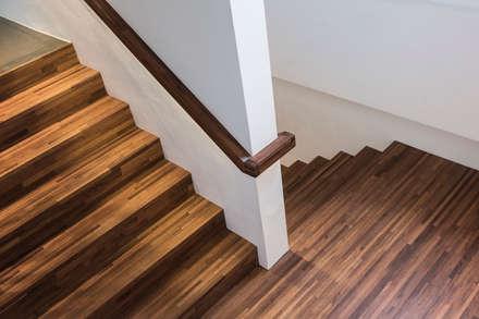 캔버스_너의배경이되는건축_몽트리파크: AAG architecten의  계단