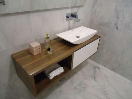 Móvel Aspen - Lavatório Weekend 3 - Misturadora Cubis parede: Casas de banho modernas por Smile Bath S.A.
