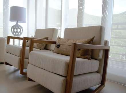 Sala petite: Salas de estilo clásico por Monica Saravia