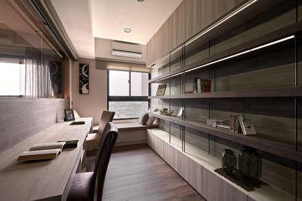 Oficinas de estilo  por 芸匠室內裝修設計有限公司