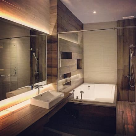 Master Bathroom:  Kamar Mandi by Lighthouse Architect Indonesia