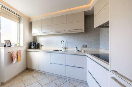 Totale make-over van woning in Volendam: moderne Keuken door Aangenaam Interieuradvies