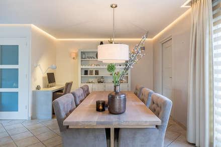 Totale make-over van woning in Volendam: moderne Eetkamer door Aangenaam Interieuradvies