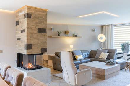 Totale make-over van woning in Volendam: moderne Woonkamer door Aangenaam Interieuradvies