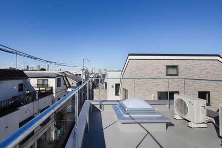 屋上: 有限会社角倉剛建築設計事務所が手掛けた屋根です。