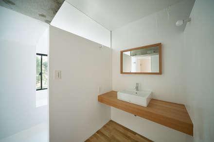 MOR | 東中野の家: 森孝行建築設計事務所が手掛けた浴室です。