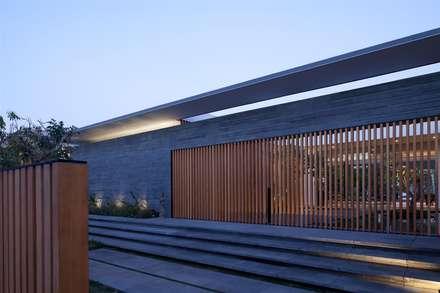 Harmonie entre les éléments naturels: moderne Häuser von Paul Marie Creation