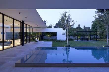 Harmonie entre les éléments naturels: moderner Pool von Paul Marie Creation