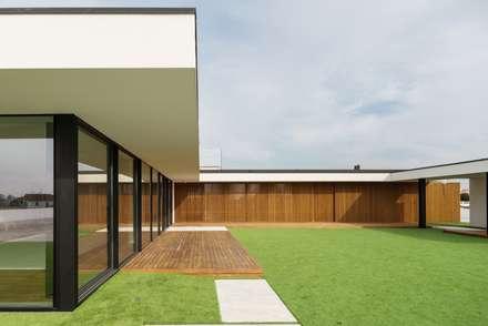 Marta House  - Architecture:  Risco Singular-Arquitectura Lda  Arqº. Paulo Costa e Arqª. Sónia Abreu: Jardins minimalistas por Risco Singular - Arquitectura Lda