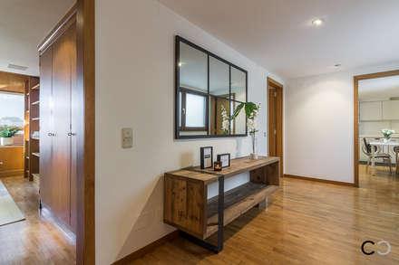 RECIBIDOR: Pasillos y vestíbulos de estilo  de CCVO Design and Staging