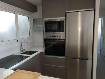 COCINA: Cocinas de estilo moderno de Imma Carner Arquitectura Interior