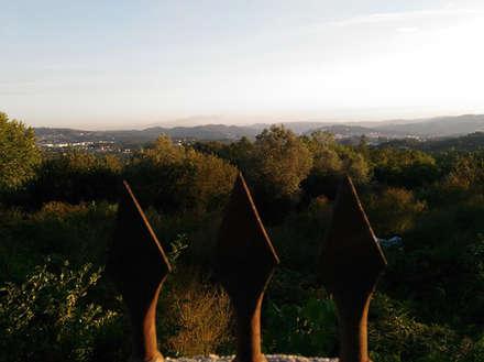 Habitação Unifamiliar Casa Cabórnegas: Arrumos de jardim  por Em Paralelo