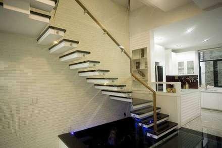 Nhà Ống Lệch Tầng Đẹp 5x15m Có Giếng Trời Mát Mẻ:  Cầu thang by Công ty TNHH Xây Dựng TM – DV Song Phát