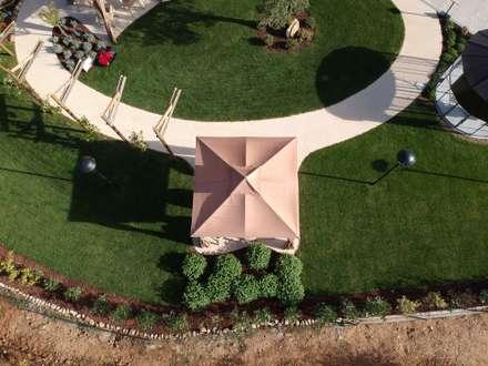 Adro: Giardino anteriore in stile  di lechner spa divisione drenatech