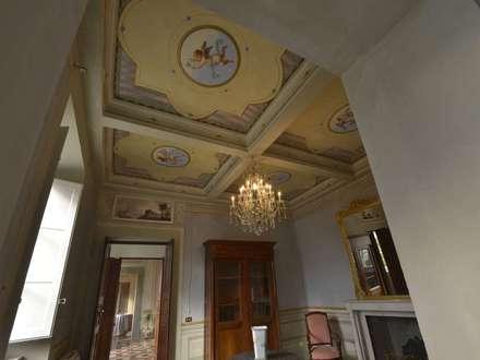 Gli affreschi a soffitto restaurati nel locale studio: Studio in stile In stile Country di Marco Baldacci Architetto