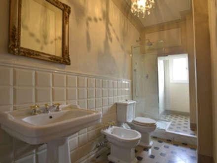 Il bagno della camera degli ospiti: Bagno in stile In stile Country di Marco Baldacci Architetto