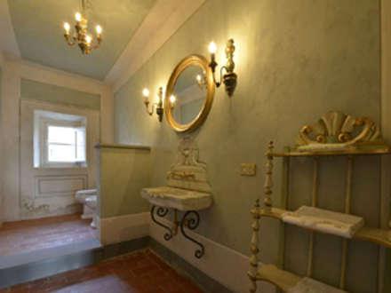 Il bagno di servizio al piano terra: Bagno in stile In stile Country di Marco Baldacci Architetto