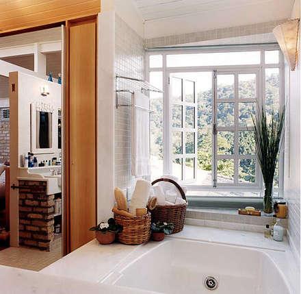 Baños de estilo rústico por Maria Claudia Faro