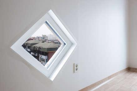 성산동 고양이집: 에이오에이 아키텍츠 건축사사무소 (aoa architects)의  플라스틱 창문