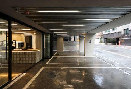modern Garage/shed by 소수건축사사무소