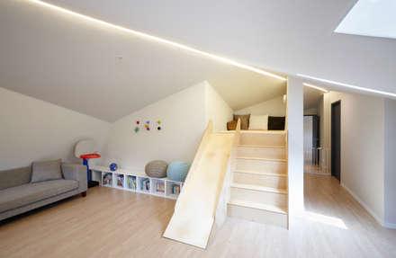 moderner Multimedia-Raum von 소수건축사사무소